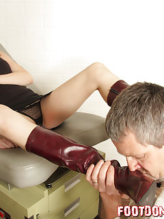 <!–-IMAGE_COUNT-–> of Annika turns her doctor into her boot slave